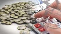 cartão de visita Contabilidade monetário: moedas mão calculadora e simbolo